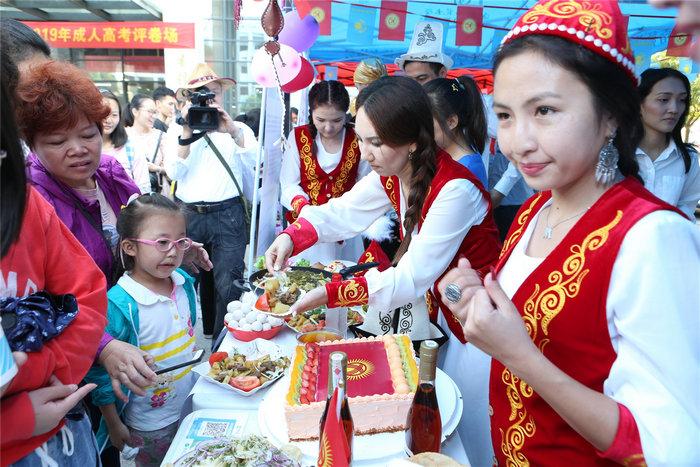 留学生们准备各式各色美食.jpg