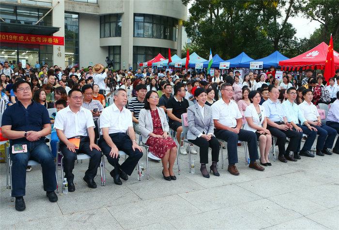 校领导现场观看国际文化节活动.jpg