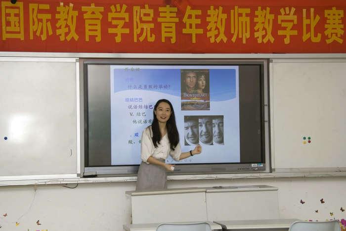 张明敏老师正在进行试讲模拟.jpg