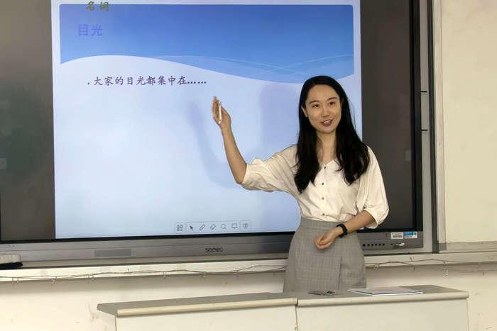 张明敏老师正在讲解语言点.jpg
