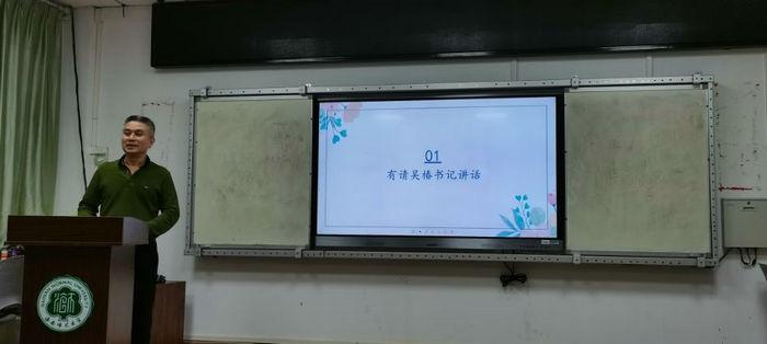 吴椿副书记正在为志愿者做岗前讲话.jpg